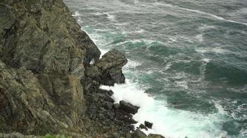 paesaggio marino con onde che si infrangono sulle rocce