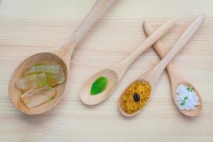 aloe vera y sal marina en cucharas de madera foto