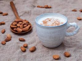 leche de almendras en una taza