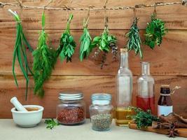 medicina alternativa con hierbas frescas