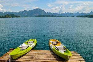 kayaks de colores en un lago