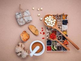 hierbas alternativas en una caja de madera foto