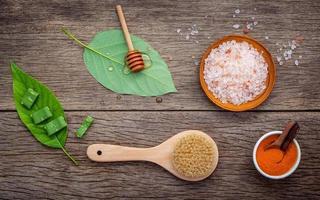 ingredientes alternativos para el cuidado de la piel en madera foto
