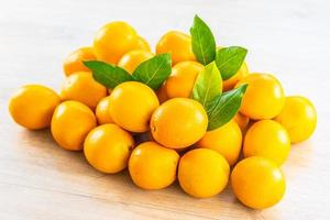 naranjas frescas en la mesa