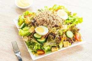 carne de atún y huevos con ensalada fresca