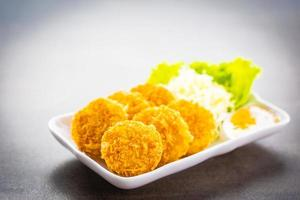 Bolas de camarones fritos con vegetales