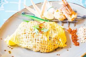 Pad thai fideos en un plato foto