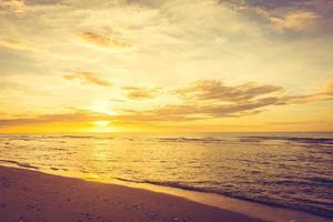 puesta de sol sobre la playa
