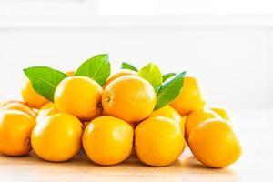 naranjas frescas en una mesa de madera