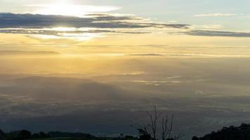 Antena de colorido amanecer nublado con vistas al valle foto