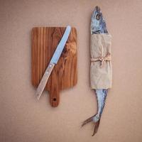 pescado y una tabla de cortar foto
