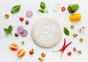 ingredientes frescos con masa de pizza