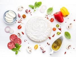masa de pizza fresca e ingredientes