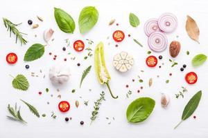 Lay Flat de ingredientes frescos en blanco foto