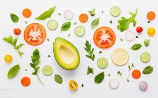 Patrón de alimentos con ingredientes crudos para ensalada. foto