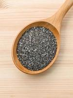 semillas de chía en una cuchara de madera foto