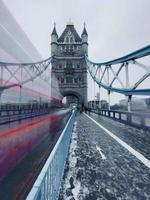 Autobús turístico de dos pisos borrosa en el Tower Bridge
