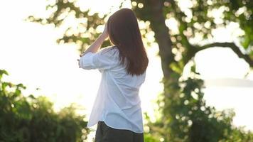 une jeune femme qui s'étend au lever du soleil video