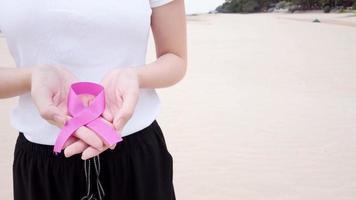 mulher com uma fita rosa para sobrevivente do câncer de mama. video