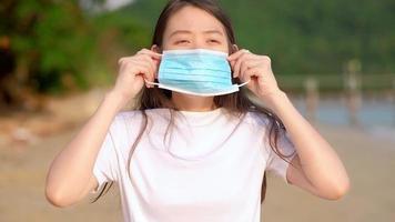 junge asiatische Frau, die eine Gesichtsmaske trägt.