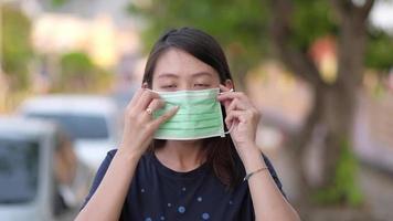 retrato de mulher asiática usando máscara protetora.