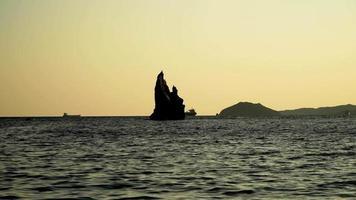 paesaggio marino con vista su una roccia nella baia di Lashkevych