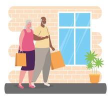 Linda pareja interracial de edad con bolsas de la compra. vector