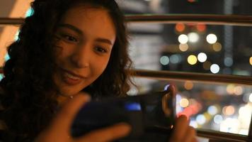 a garota está tirando uma foto com o telefone.