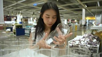 mujer joven de compras en el centro comercial.
