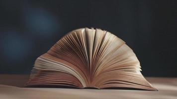movimiento de libro abierto sobre el escritorio. tiro estático