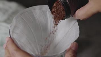 despejar café moído em um gotejador.