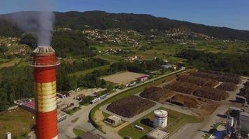 Fabrikrauch und ein Dorf in Portugal