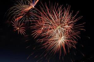 fuegos artificiales amarillos y rojos en la noche