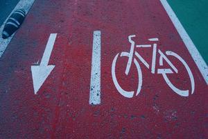 Una señal de tráfico de bicicletas en la ciudad de Bilbao, España.