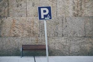 Una señal de tráfico en silla de ruedas en la calle de la ciudad de Bilbao, España foto