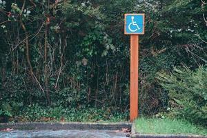 Señal de tráfico para sillas de ruedas en la calle de la ciudad de Bilbao, España foto
