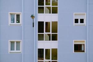 Ventanas en la fachada azul del edificio en la ciudad de Bilbao, España foto