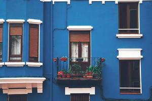 Ventana en la fachada azul del edificio en la ciudad de Bilbao, España foto