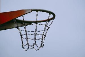 Aro de baloncesto callejero en la ciudad de Bilbao, España foto