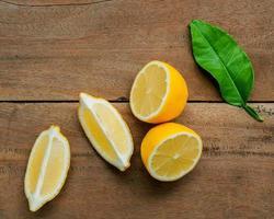 limones en rodajas sobre madera foto