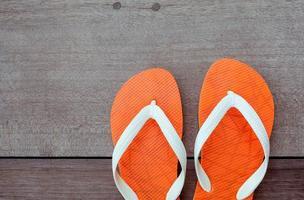 chanclas naranja sobre madera