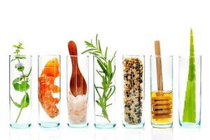 viles de vidrio de ingredientes frescos foto