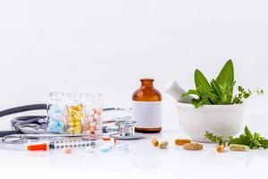 concepto de salud alternativa sobre un fondo blanco foto