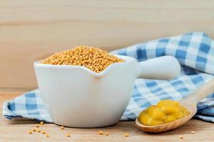 semillas de mostaza en un bol foto