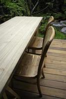 mesa y sillas de madera afuera en el patio foto