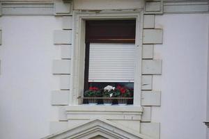 Ventanas en la fachada blanca de la casa en la ciudad de Bilbao, España foto