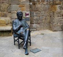 Estatua en homenaje al director de cine español luis garcía berlanga en la ciudad de sos del rey católico, 2012