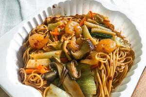 fideos salteados con salsa hong kong foto