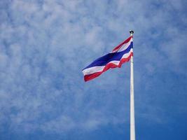 bandera nacional tailandesa sobre fondo de cielo azul foto
