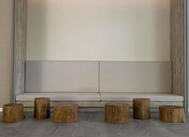 pedestal de madera decorado para exhibición foto